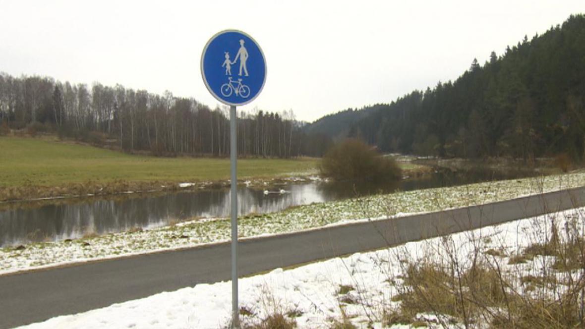 Cesta s dopravní značkou cyklostezka