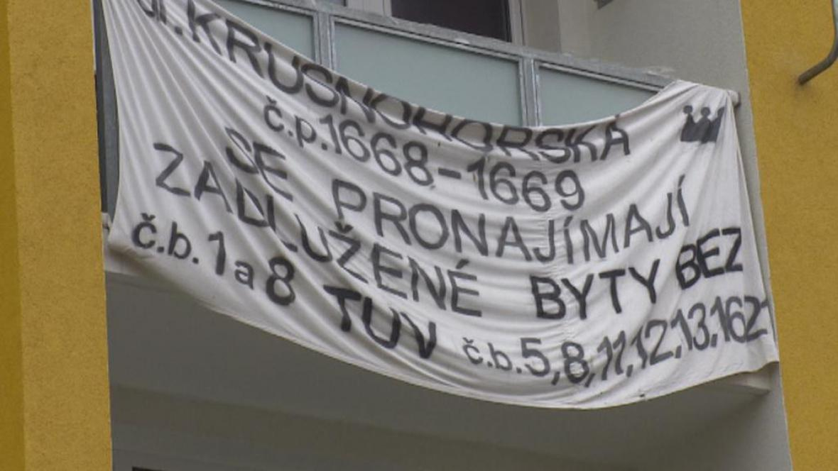 Transparent upozorňuje na zadlužené byty