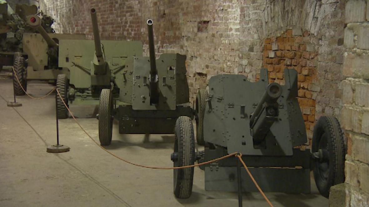 Expozice těžkých zbraní v Josefově