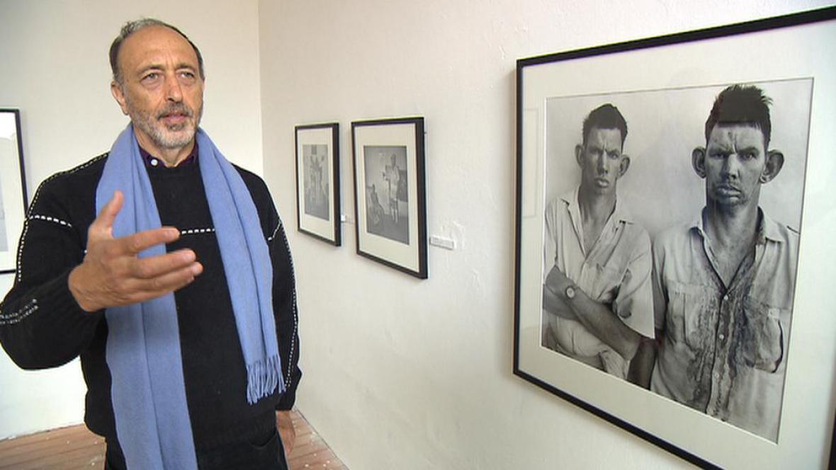 Roger Ballen vedle své nejslavnější fotografie