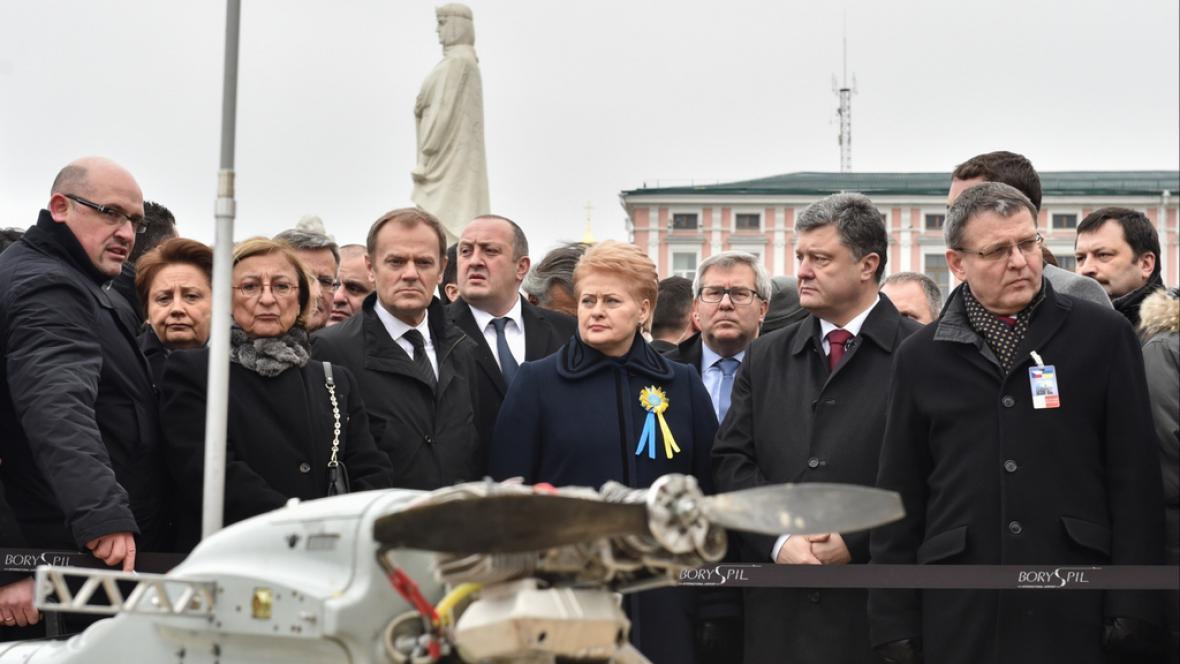 Porošenko si spolu se zahraničními hosty prohlíží údajně ruské drony