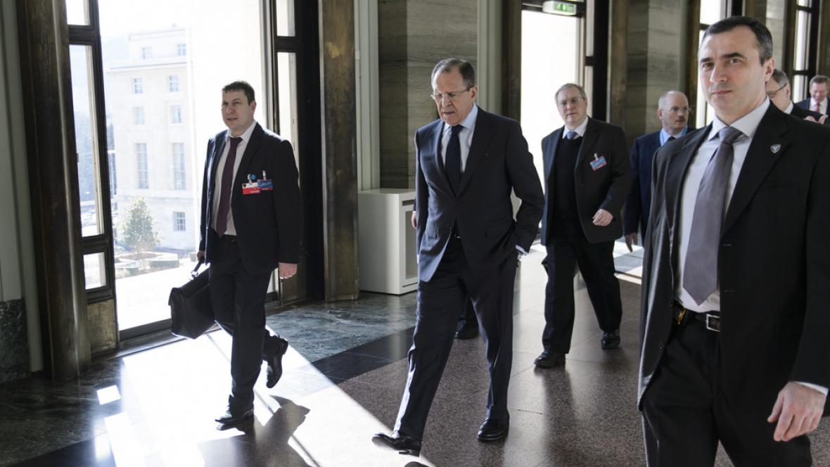 Sergej Lavrov přichází na schůzku s Johnem Kerrym