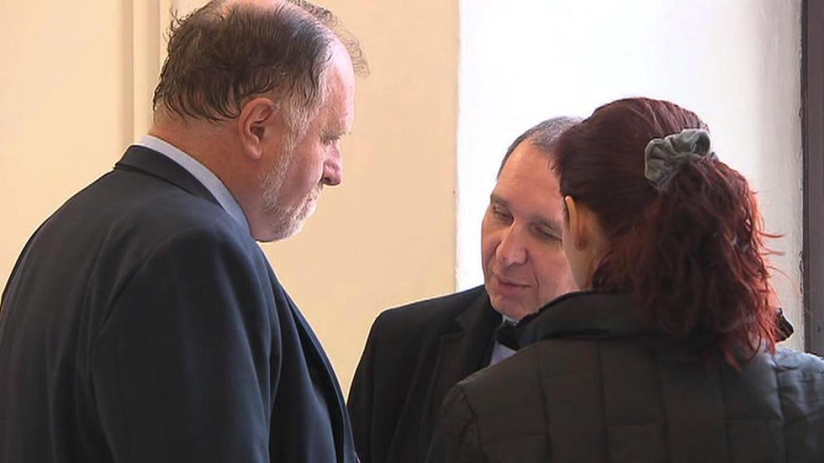 Advokát Tomáš Sokol s manželi Kottovými