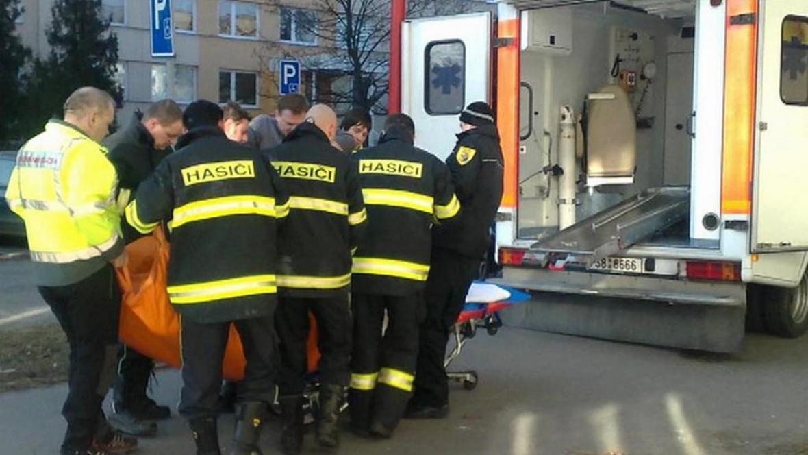 Kvůli obézním pacientům záchrance pomáhají hasiči