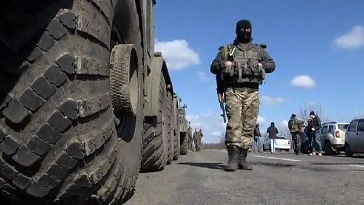 Stahování těžkých zbraní z ukrajinské bojové linie