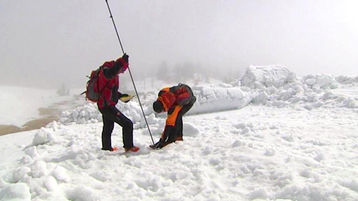 Záchranáři v oblasti laviny