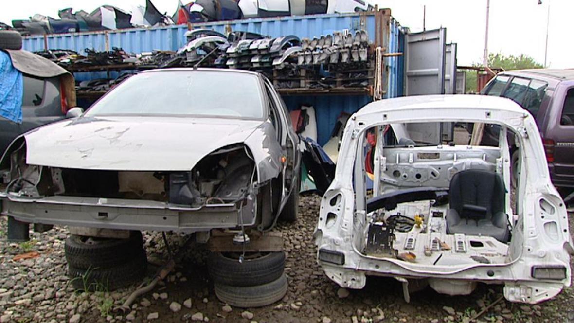 Ukradená auta často zloději rozeberou na díly