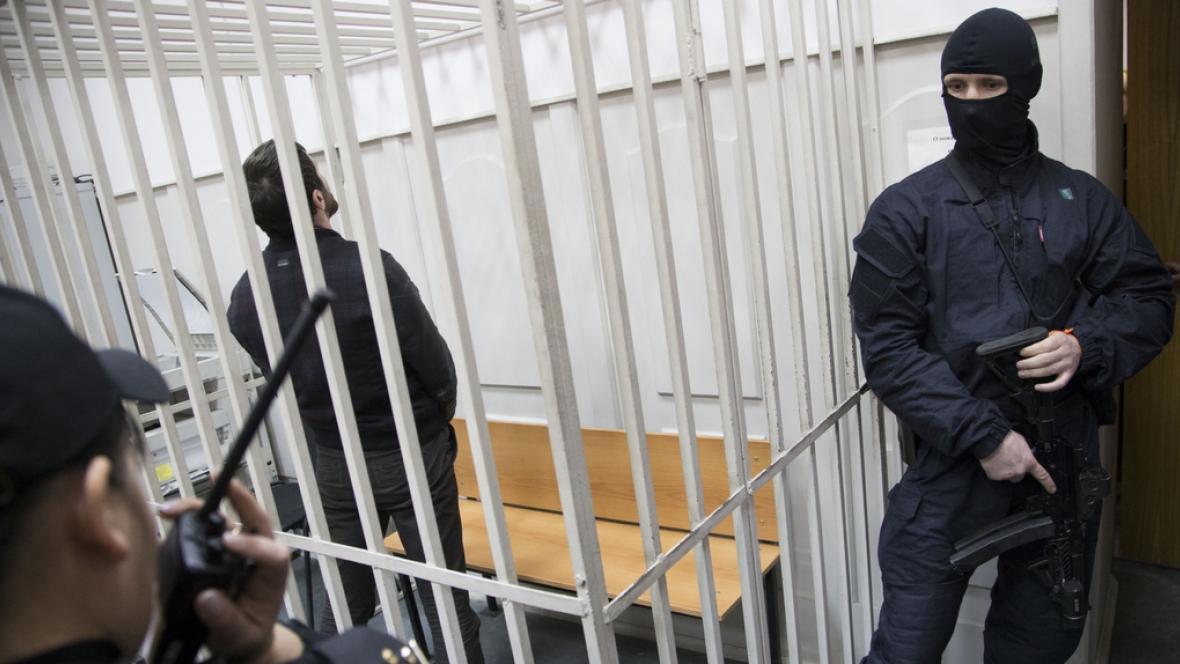 Zaur Dadajev před soudní síní