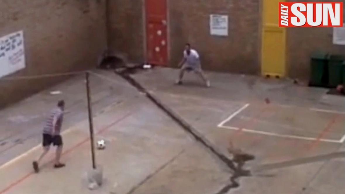 Radovan Krejčíř a Oscar Pistorius hrají fotbal
