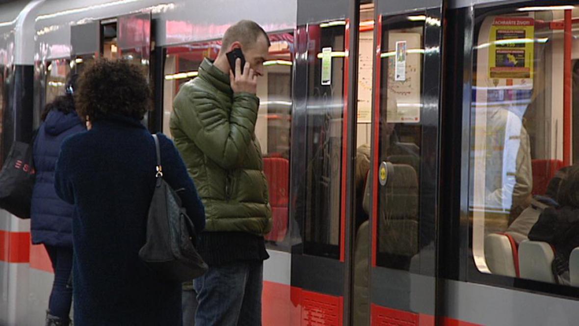 Mobilní telefony zatím fungují jen ve stanicích metra