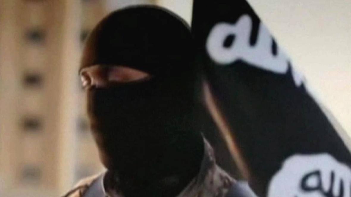 FBI pátrá po totožnosti džihádisty amerického původu
