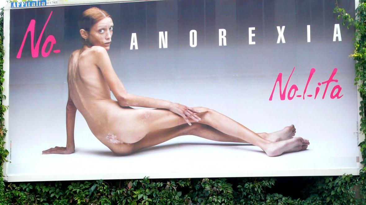 Isabelle Carová na plakátu brojícím proti anorexii
