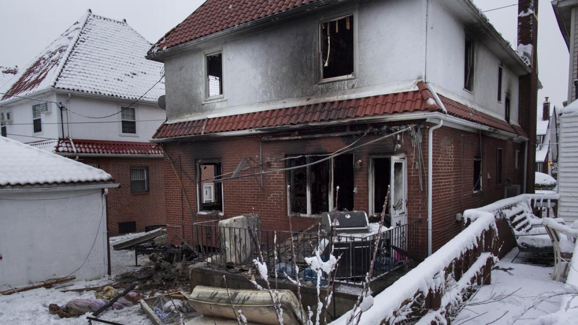 Dům v newyorském Brookynu po zásahu hasičů