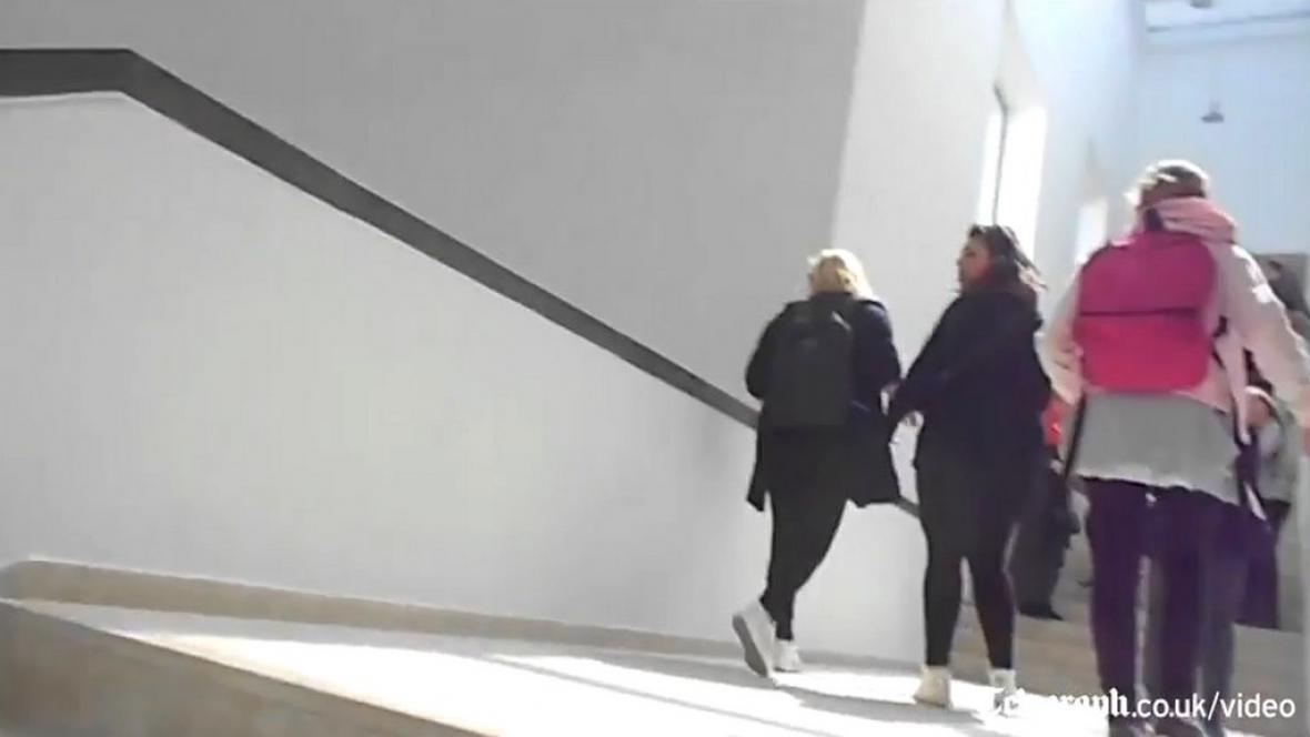 Prchající návštěvníci muzea Bárdá