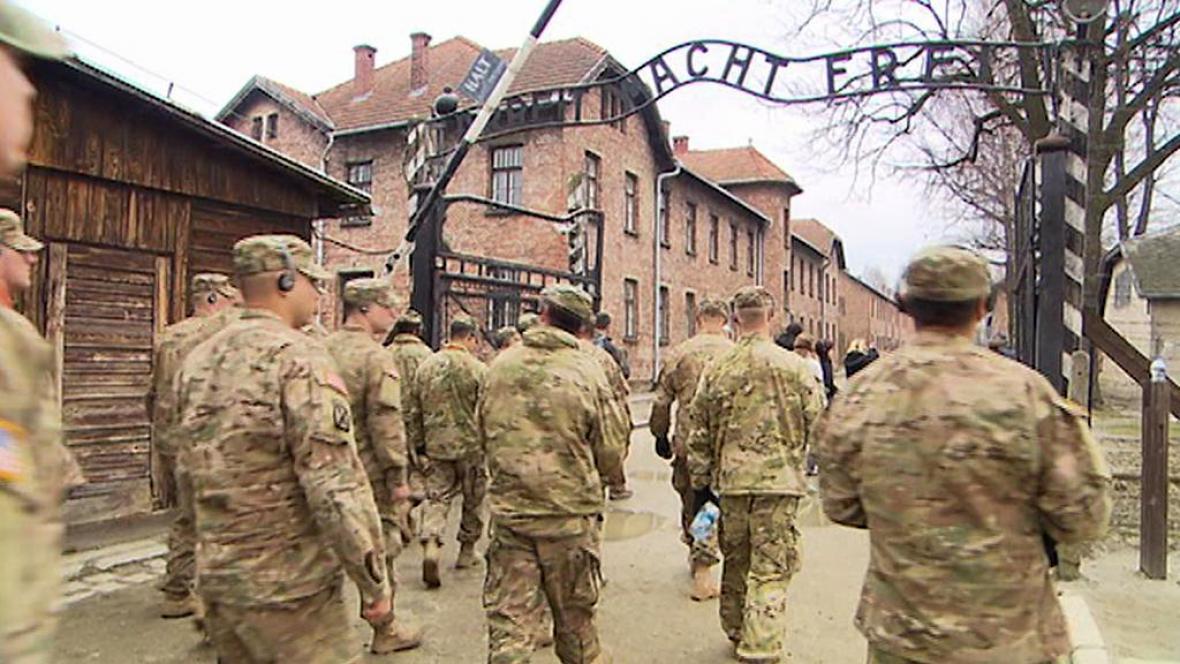 Američtí vojáci z Dragounské jízdy navštívili cestou přes Polsko Osvětim