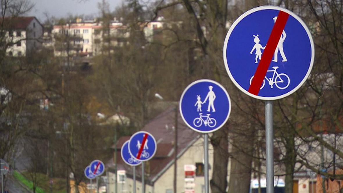 Dopravní značky na cyklostezce v Jihlavě