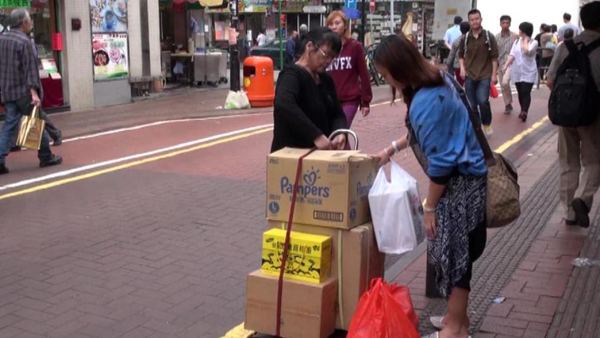 Číňané jezdí za nákupy, podle lidí z Hongkongu to jsou kobylky