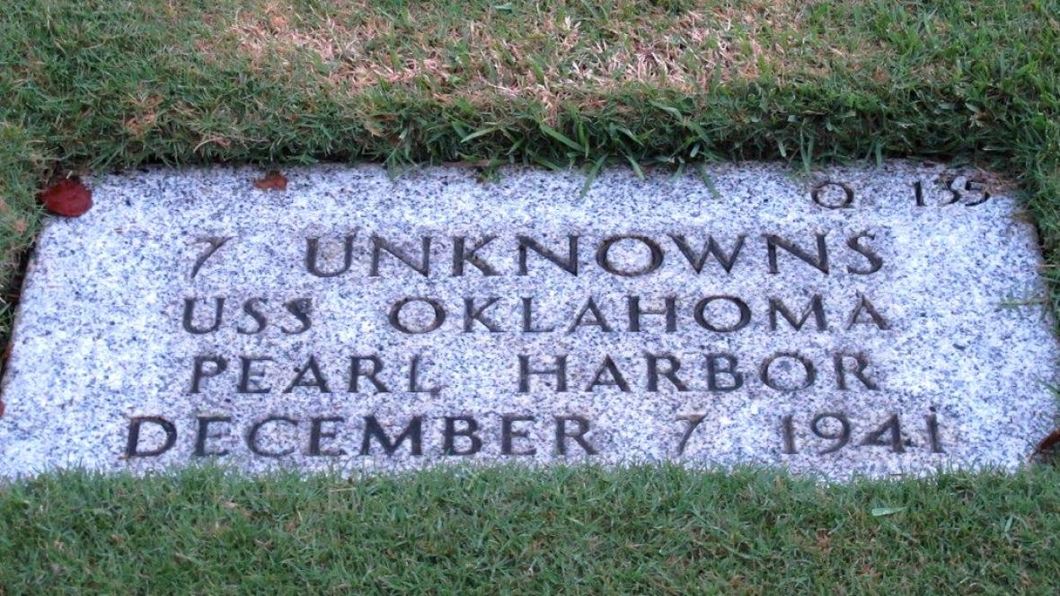 Náhrobní kámen členů posádky USS Oklahoma
