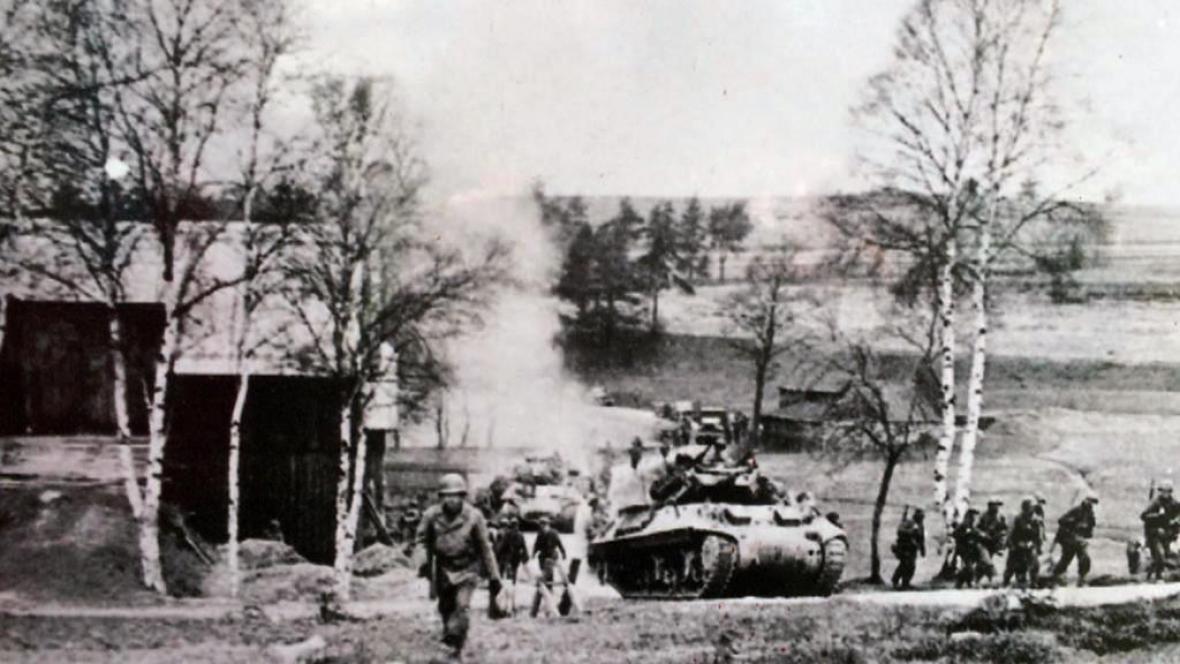 Američtí vojáci při vstupu do Sudet v dubnu 1945