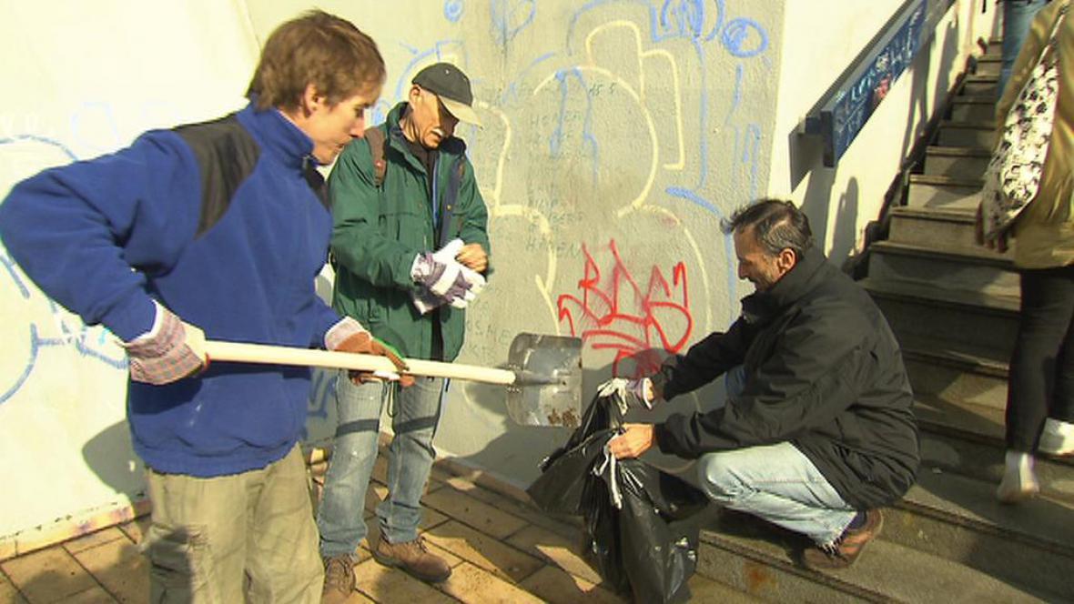 Dobrovolníci uklízejí u stanice metra Vltavská v Praze