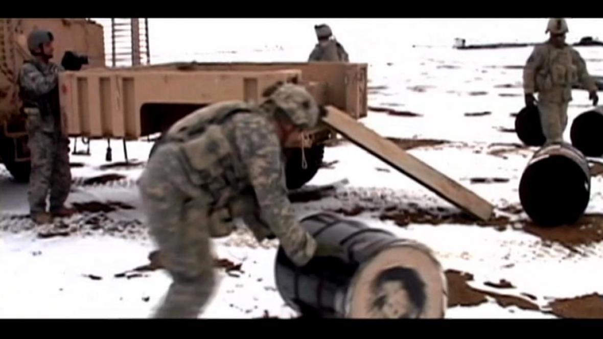Dokument kritizuje závislost armády USA na ropě
