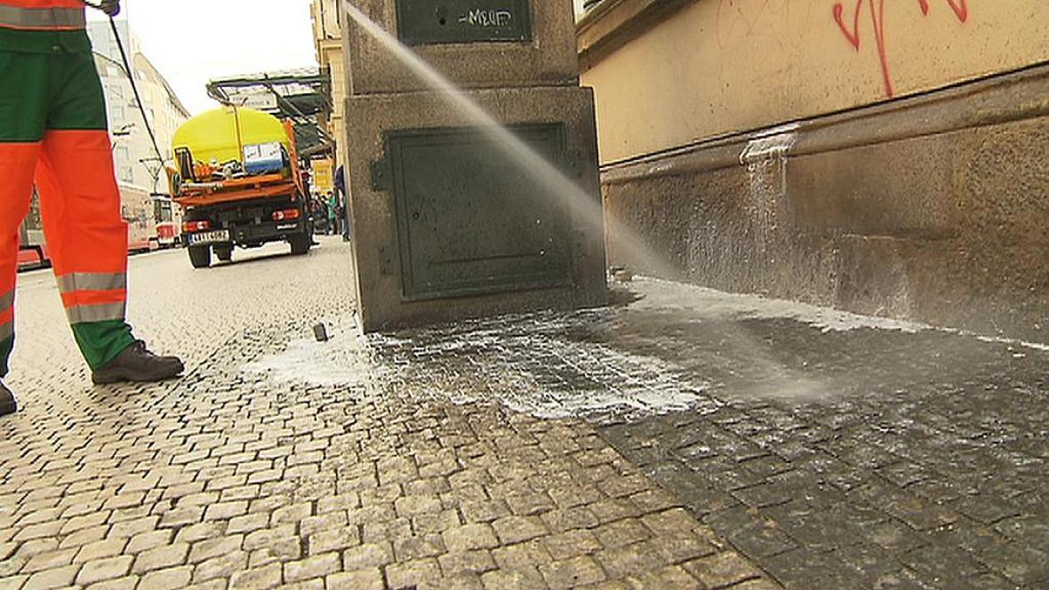 Zapáchající místa se čistí směsí vody a chloru s parfémem