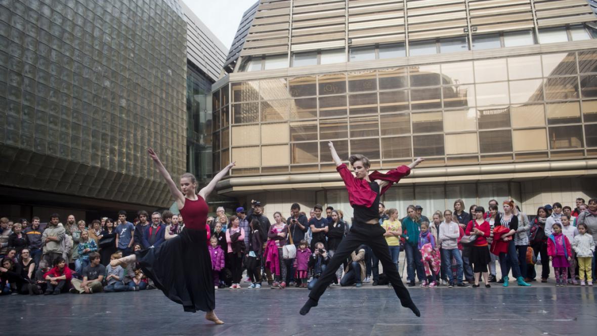 Mezinárodní den tance 2015 před Národním divadlem v Praze