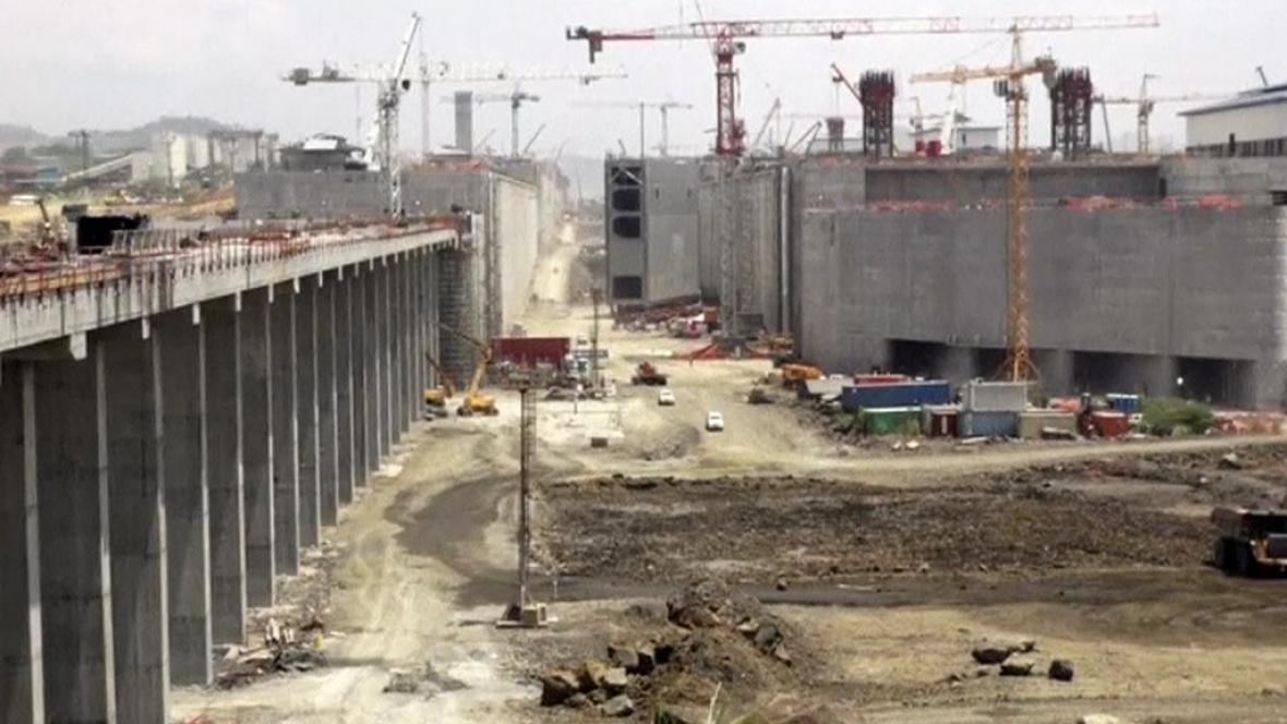 Přestavba Panamského průplavu jde do finále