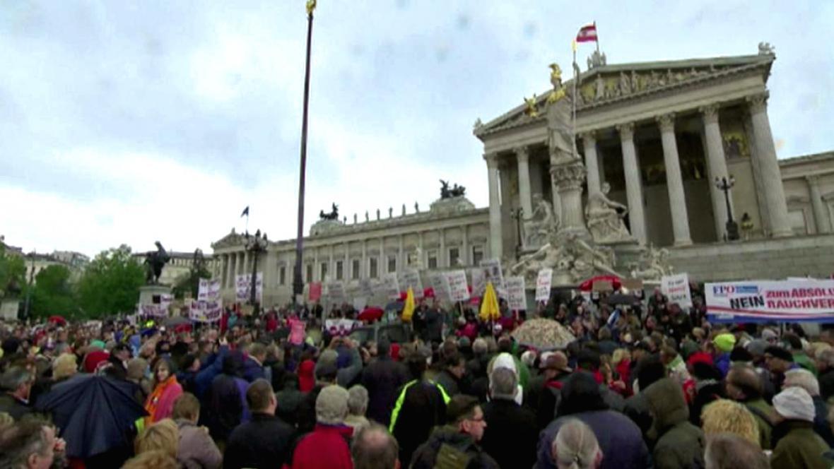 Demonstrace před rakouským parlamentem proti zákazu kouření v restauracích