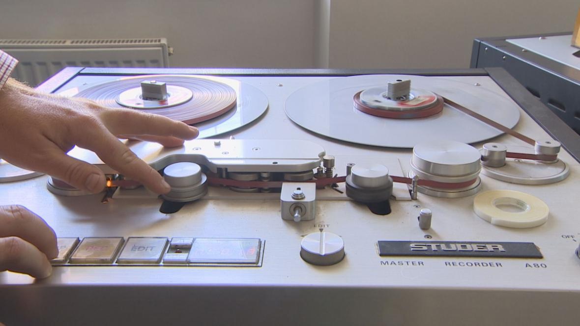 Základem rozhlasové práce byl dřív magnetofon a pásek, který se stříhal a lepil