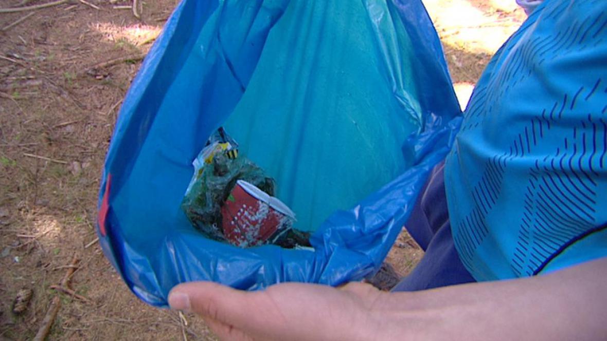 Sběr odpadků v Jizerských horách