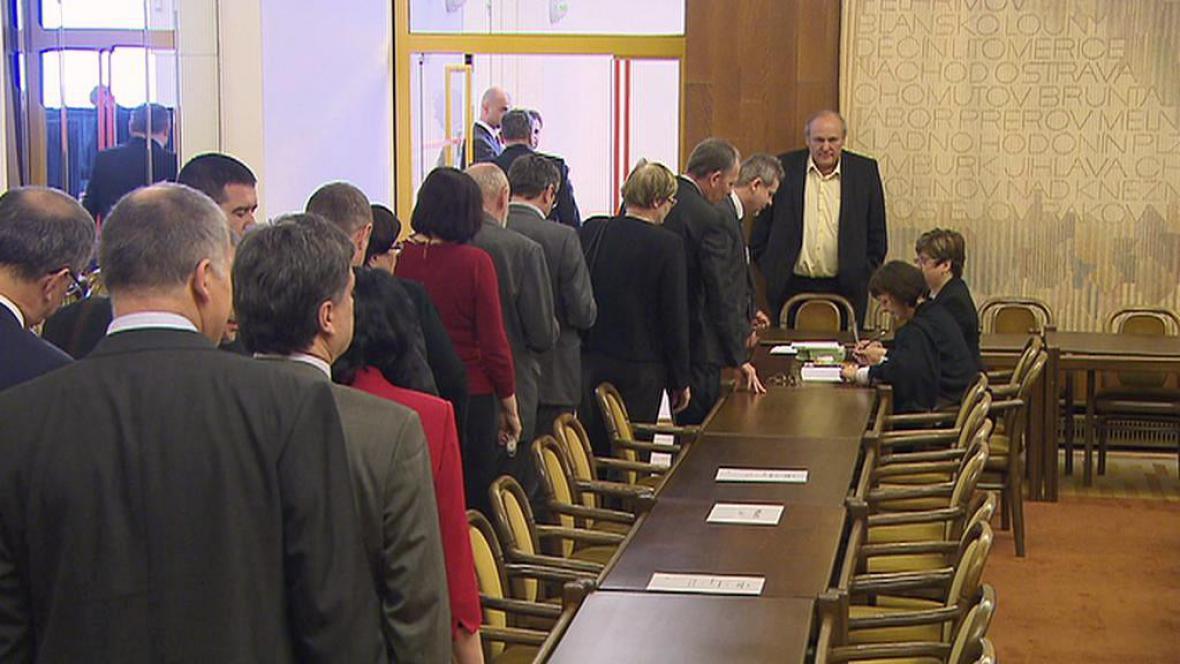 Poslanci ve frontě na volební lístky