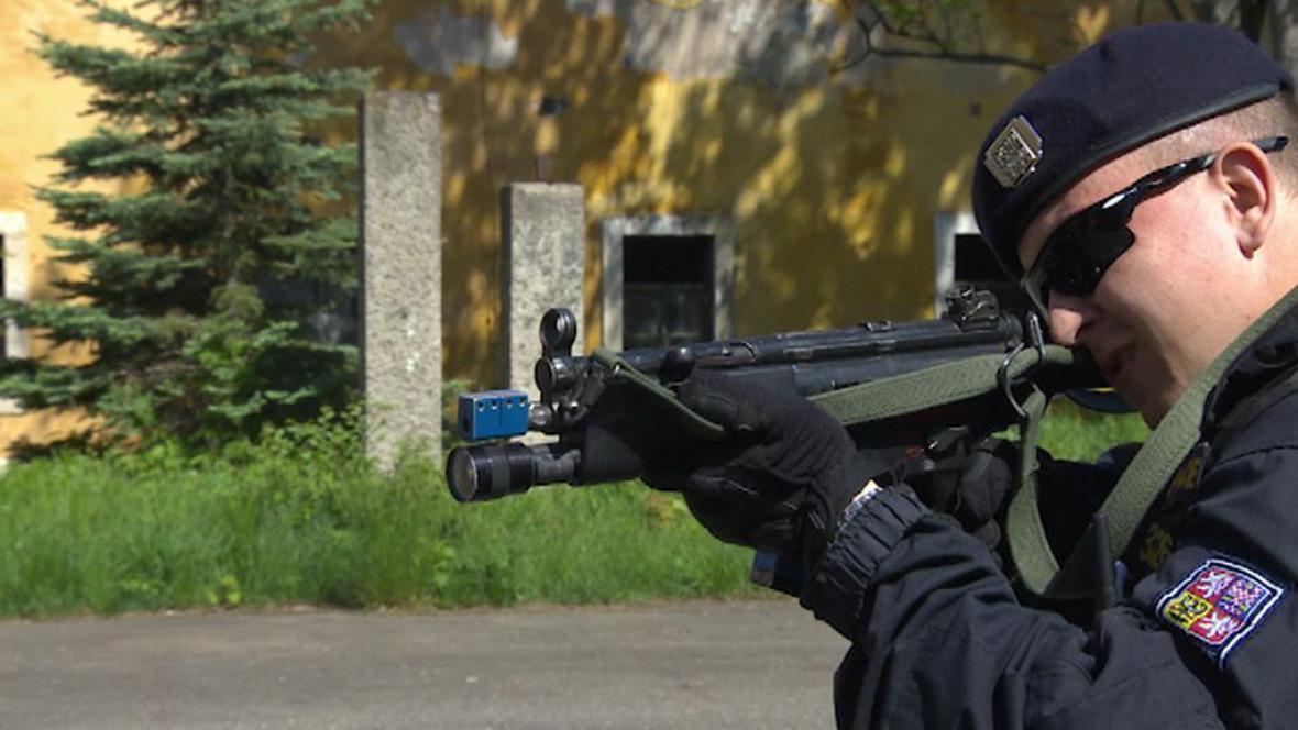 Policista střílí ze samopalu