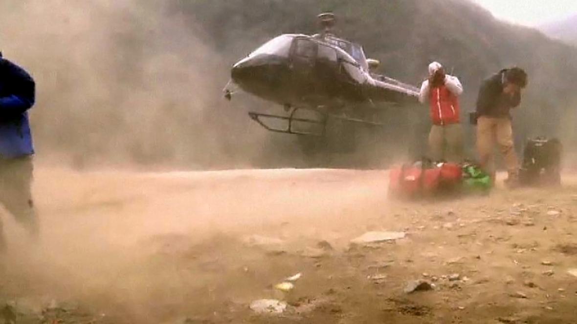Bez vrtulníků by se záchranáři v Nepálu neobešli