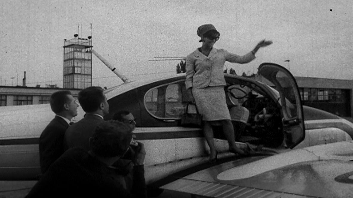 Claudia Cardinalová při příletu na festival ve Varech (1964)