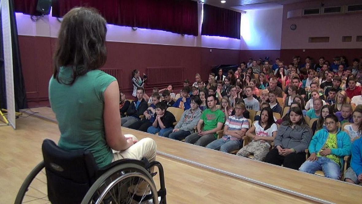 Zuzana Přibilová vypráví žákům, jak se zranila na lyžích