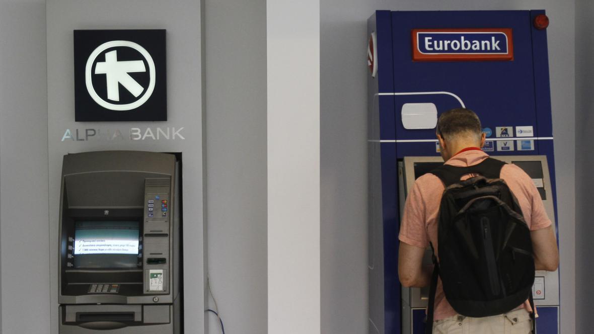 Řekové vybírají své peníze z bank