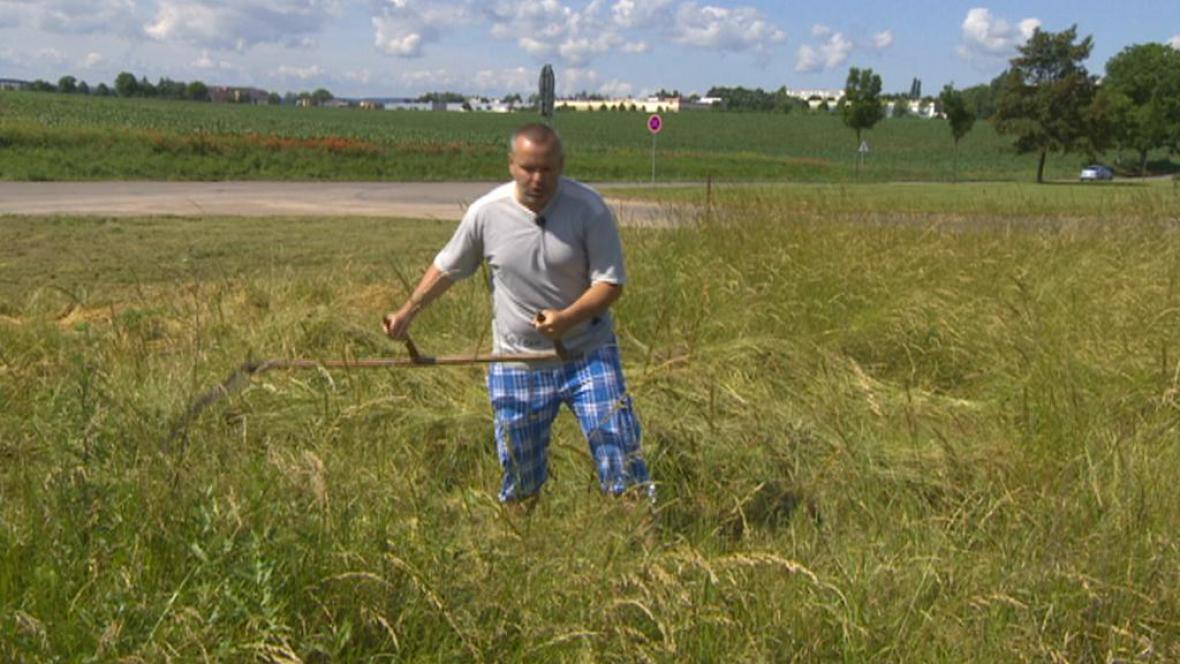 Michal Jinoch seká trávu u křižovatky v Chrudimi