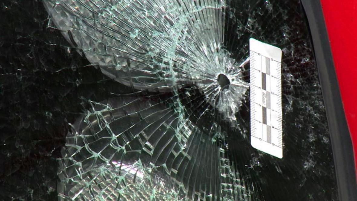 Otvor po střele v zadním skle plzeňského autobusu