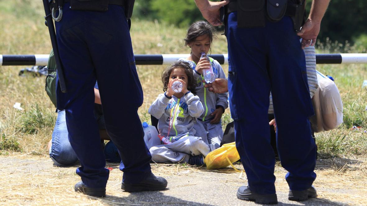Policie dohlíží na syrské uprchlíky u hranic Maďarska