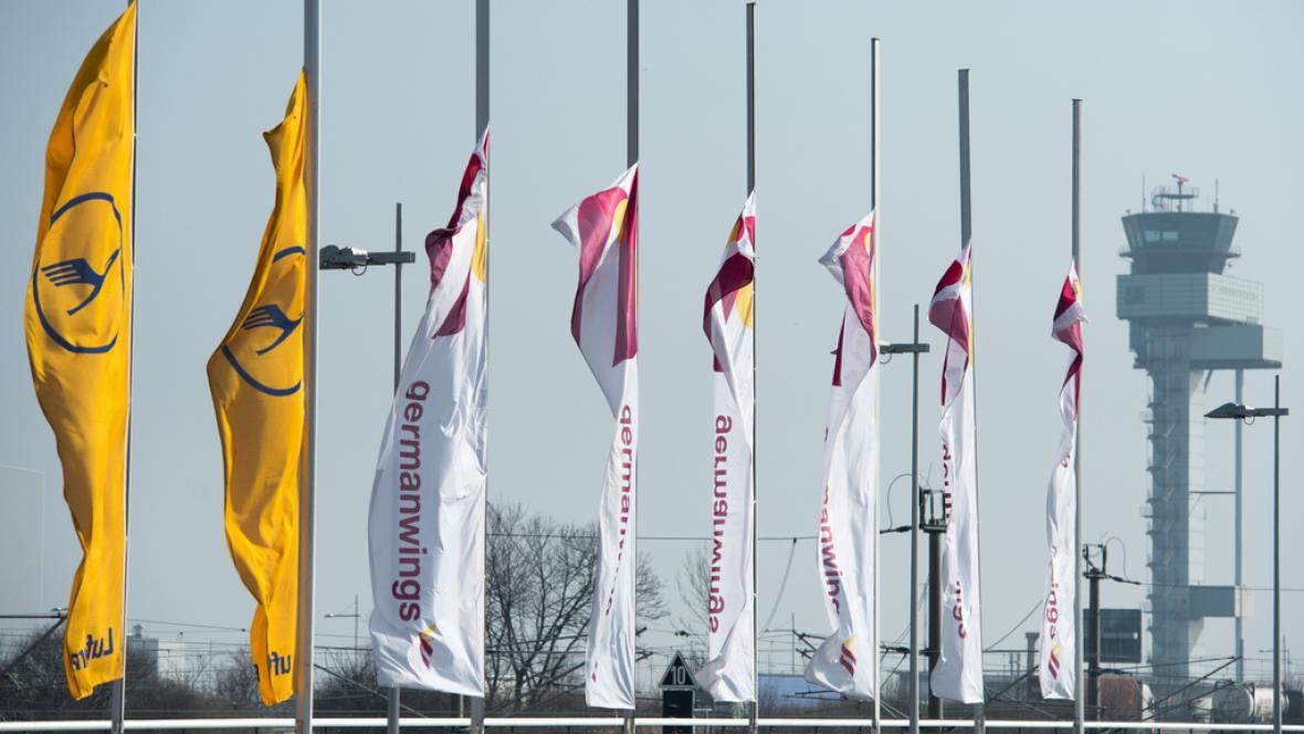 Vlajky spuštěné na půl žerdi