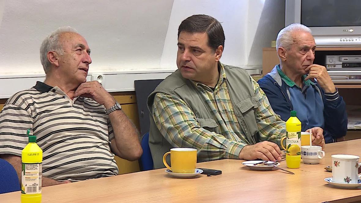 Při kávě proberou v klubu řečtí důchodci především politiku