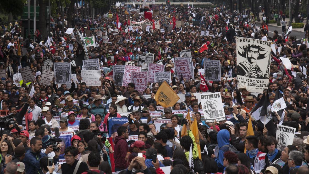 Tisícovky lidí v Mexiku žádaly objasnění únosu 43 studentů