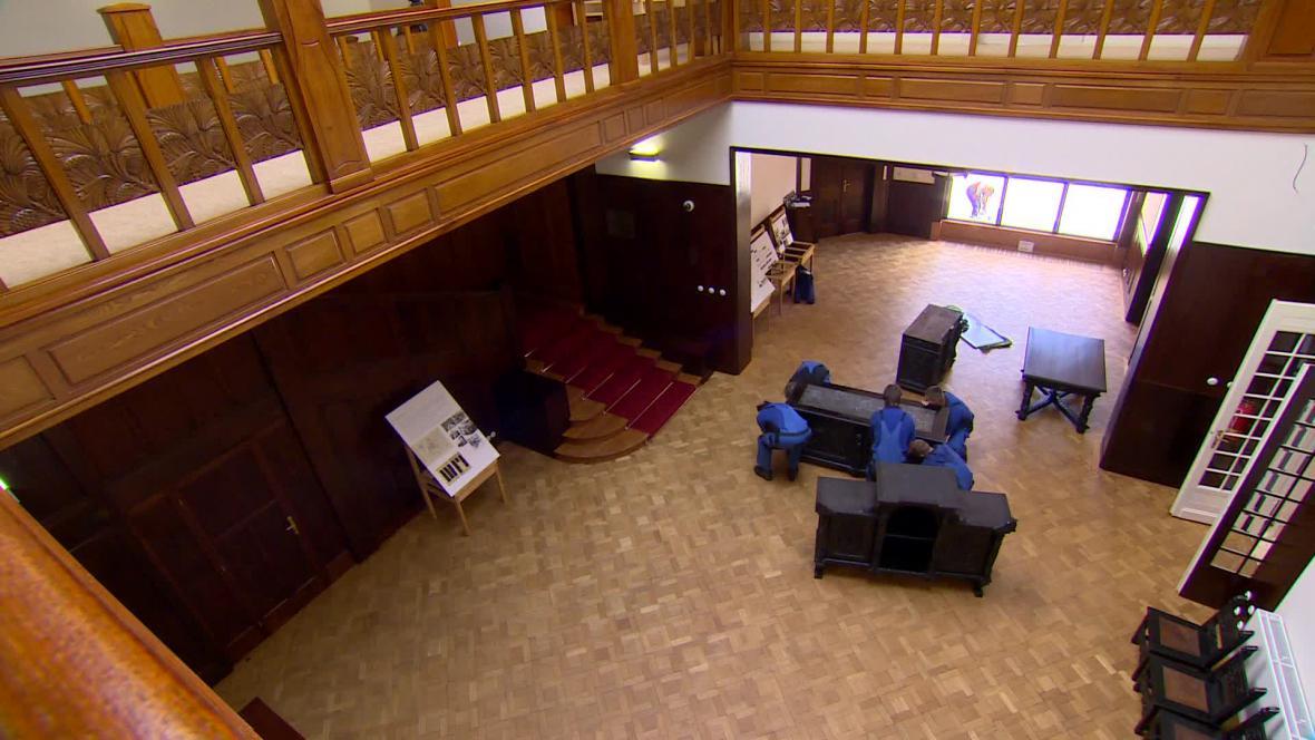 Stěhování nábytku do Lőw-Beerovy vily