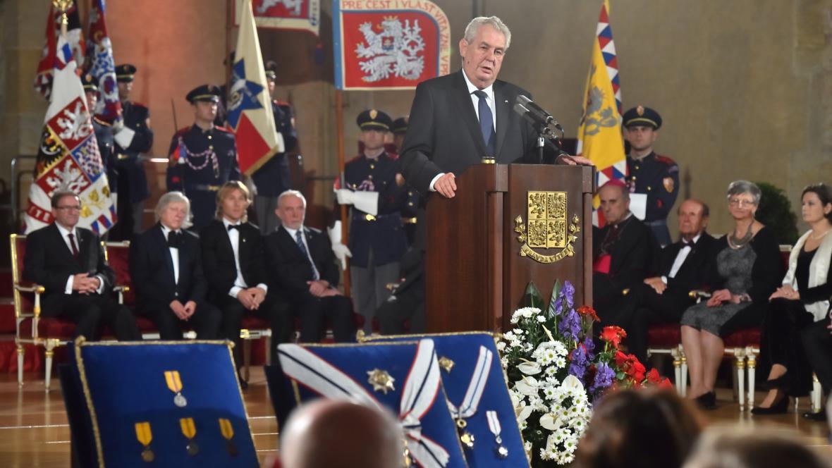 Miloš Zeman při předávání státních vyznamenání