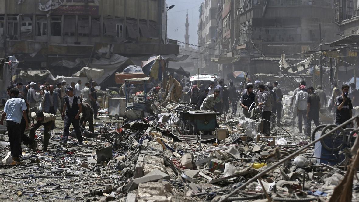 Následky náletu na trhu ve městě Douma u Damašku v Sýrii