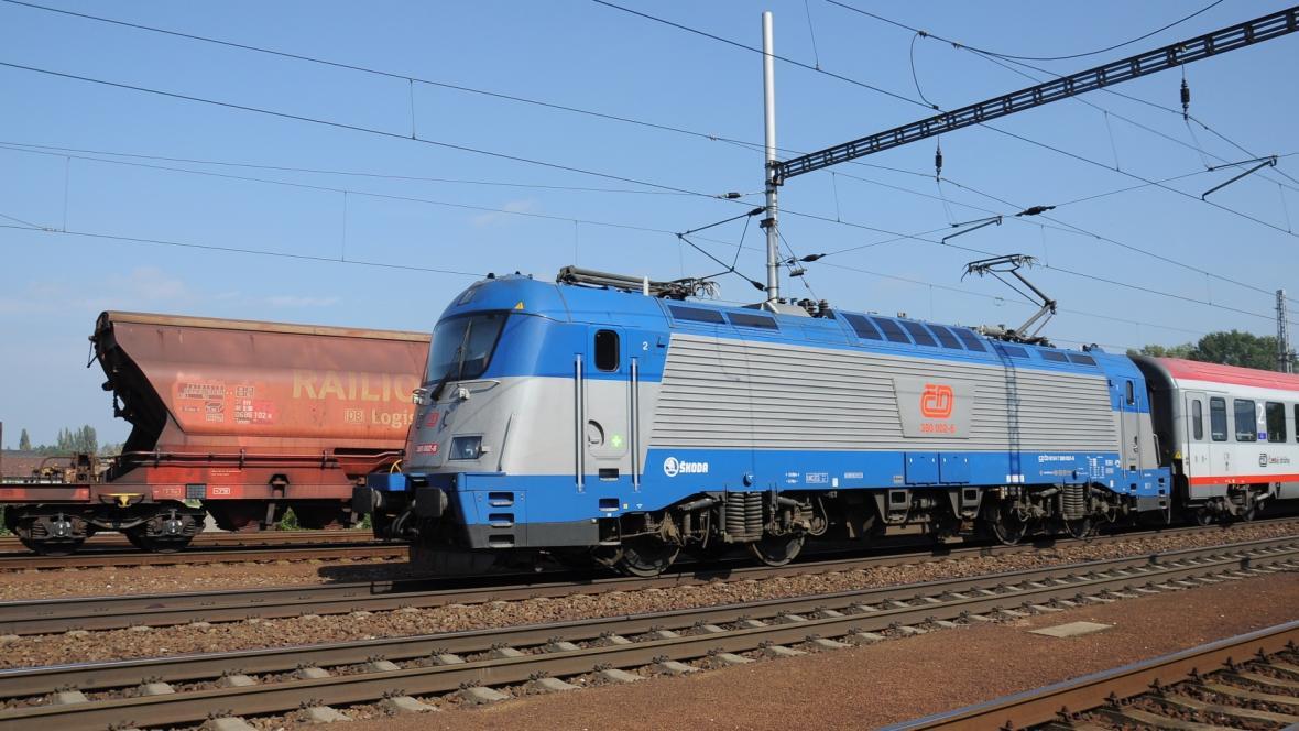 Elektrická lokomotiva Českých drah řady 380 s osobními vagony.