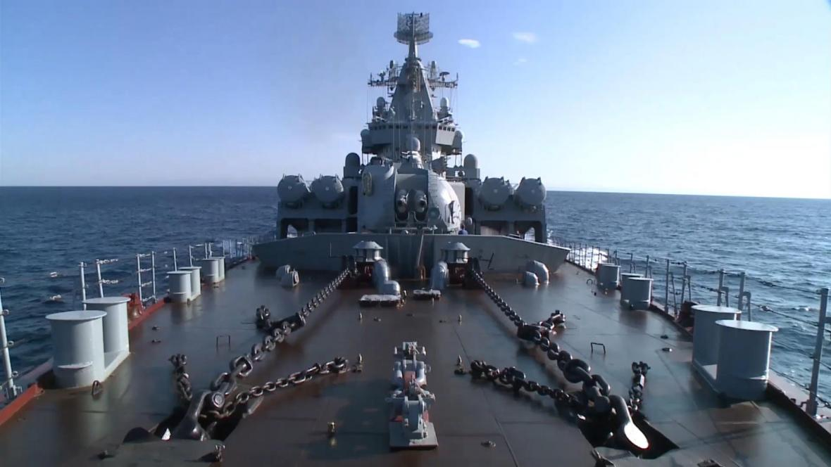 Ruská válečná loď poblíž syrské Latákije