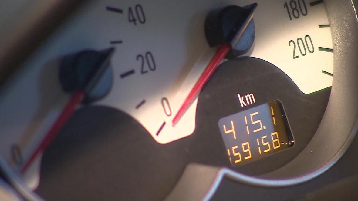 Podle odhadů se v Česku ročně prodá až 270 tisíc aut se stočeným tachometrem