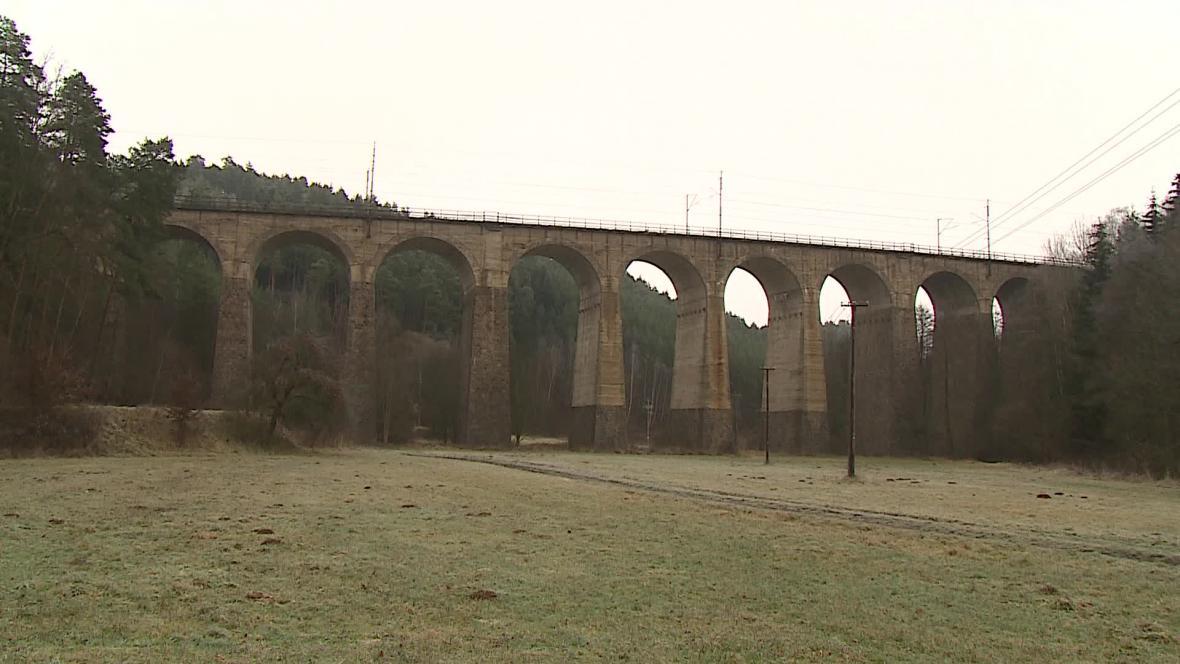 Po srážce se dva vozy s cestujícími zřítily z viaduktu